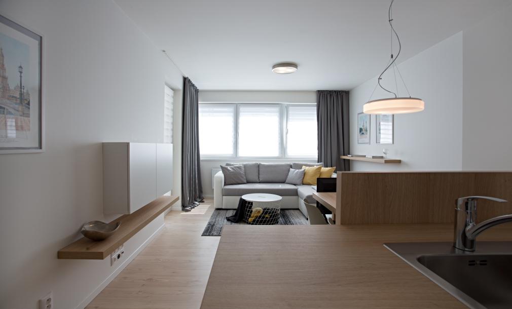 Designový byt k pronájmu - byt 2+kk, celkový pohled k pohovce