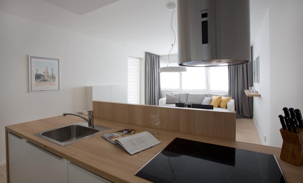 Designový byt k pronájmu - byt 2+kk, pohled z kuchyně k jídelně a pohovce
